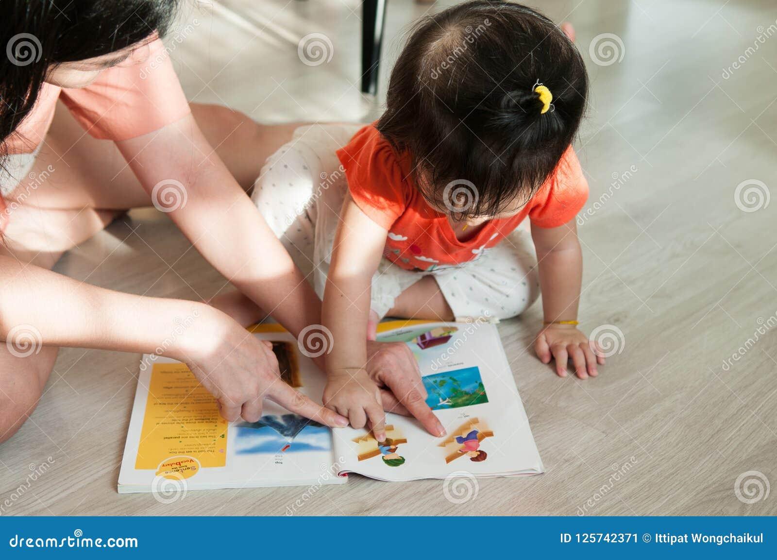 Mère et descendant affichant un livre ensemble