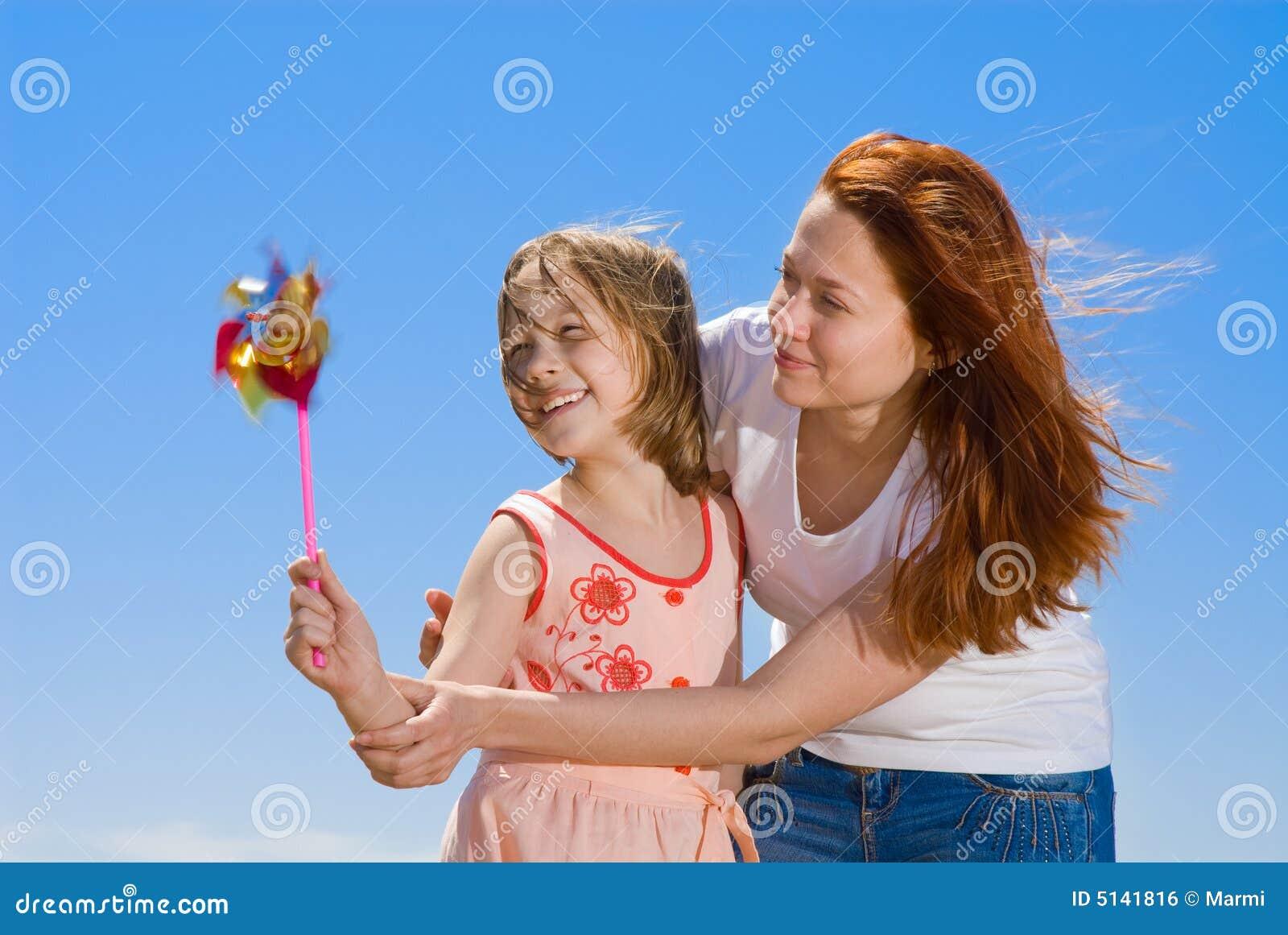 Mère et descendant ayant l amusement
