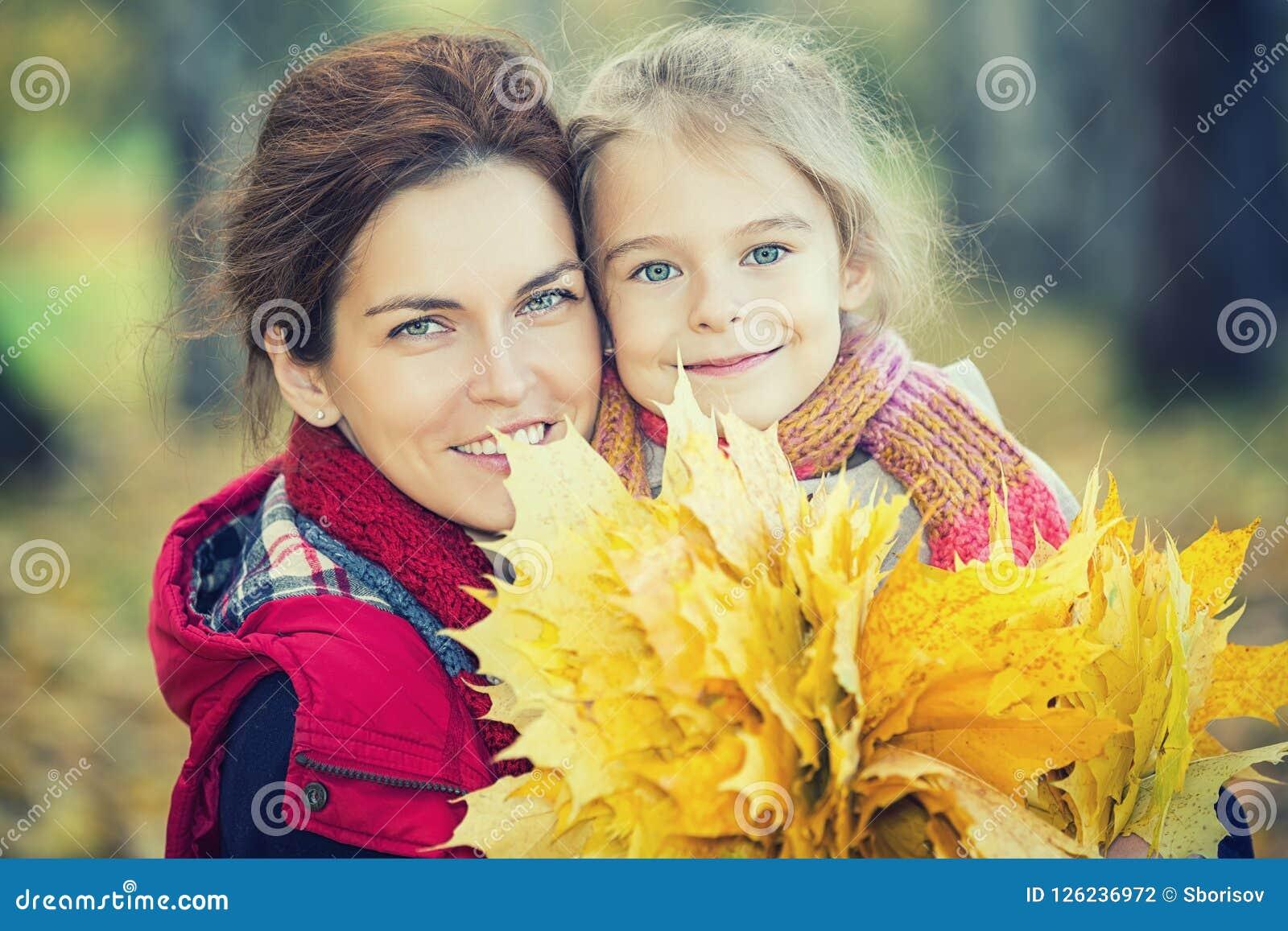 Mère et descendant en stationnement d automne