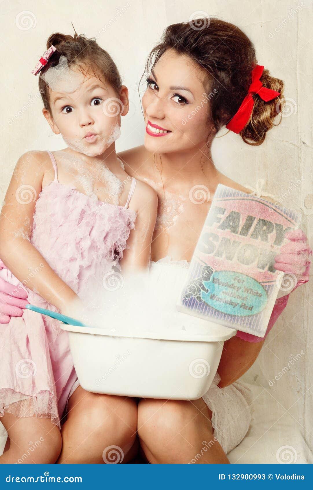 Mère et descendant faisant la blanchisserie