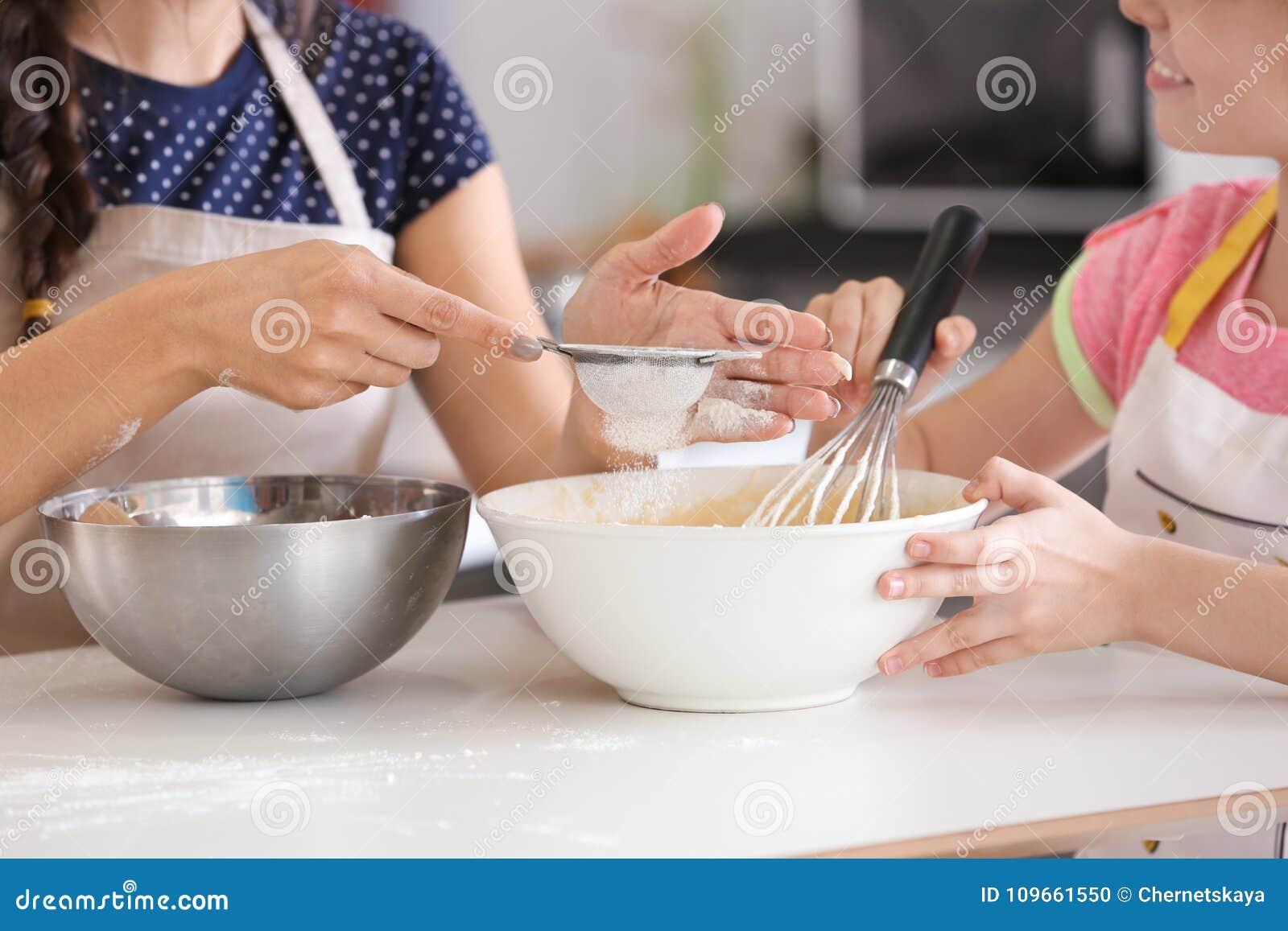 Mère et descendant préparant la pâte