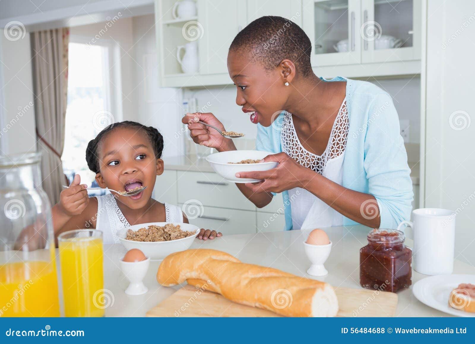 Mère et duaghter mangeant ensemble