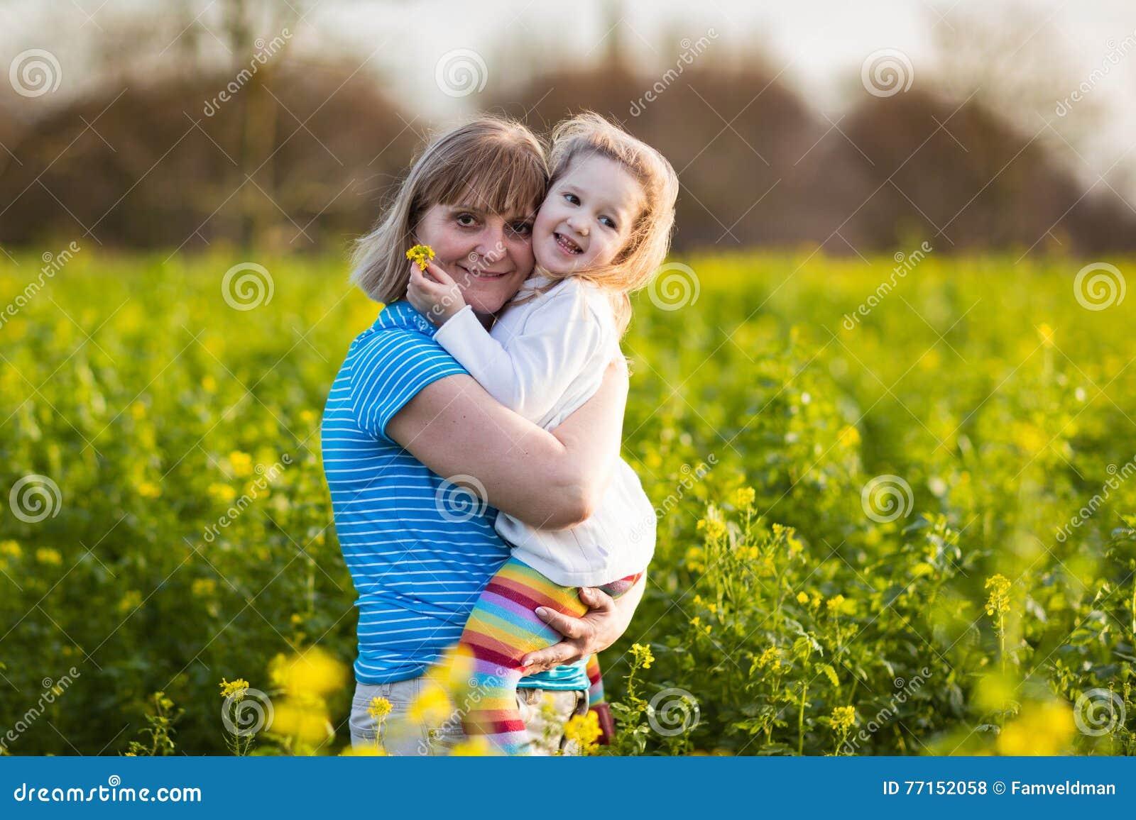 Mère et enfant dans le domaine de fleur