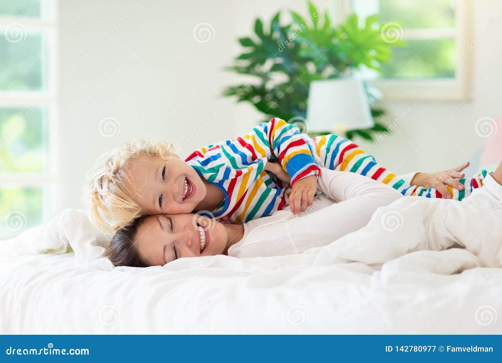 Mère et enfant dans le lit Maman et bébé à la maison