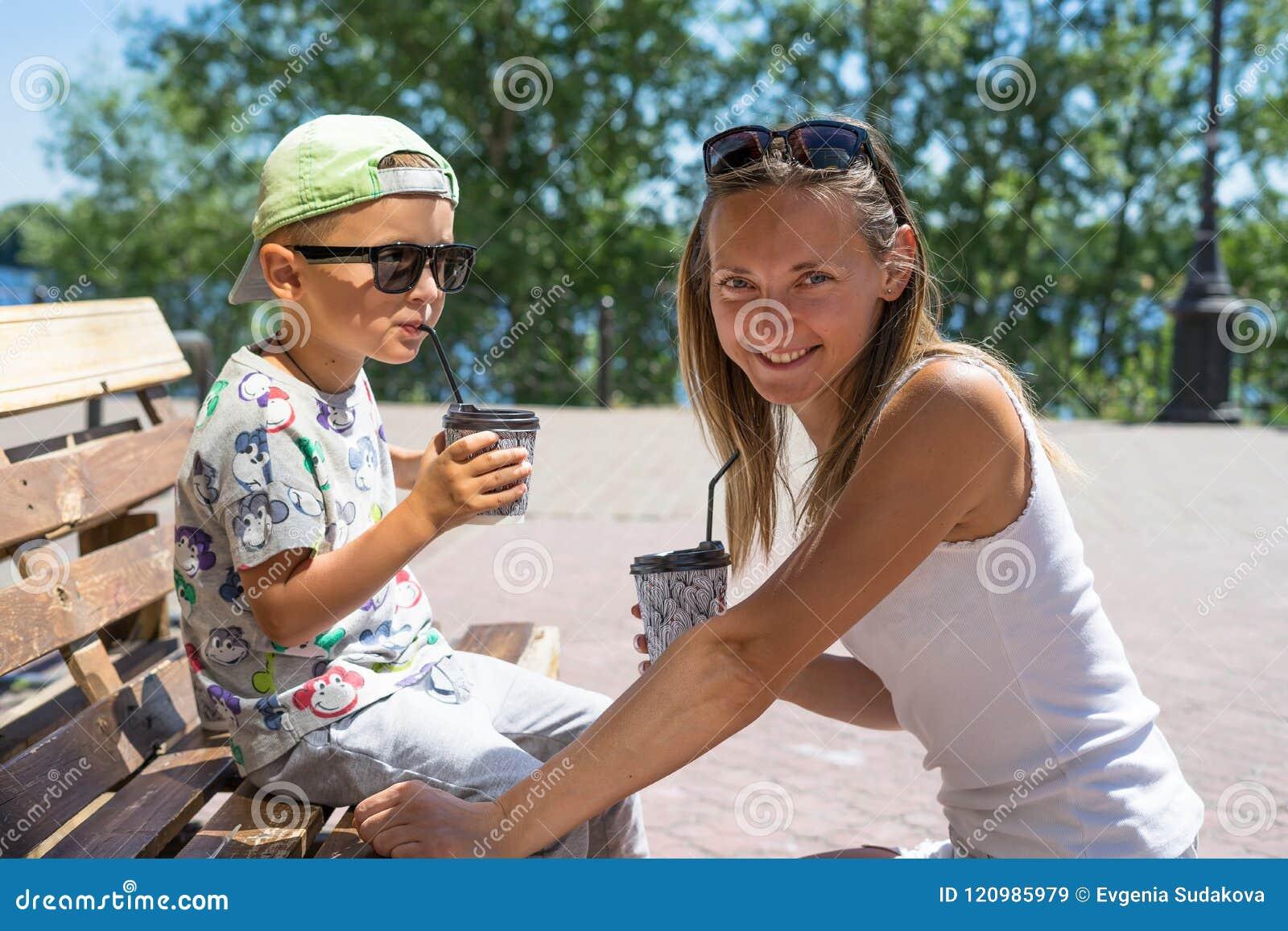 Mère et enfant de sourire heureux - garçon - apprécier le temps de repas en café de rue, restaurant, temps de famille, déjeuner d