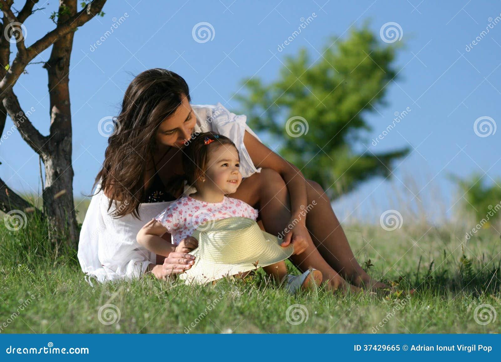 Mère et enfant en nature