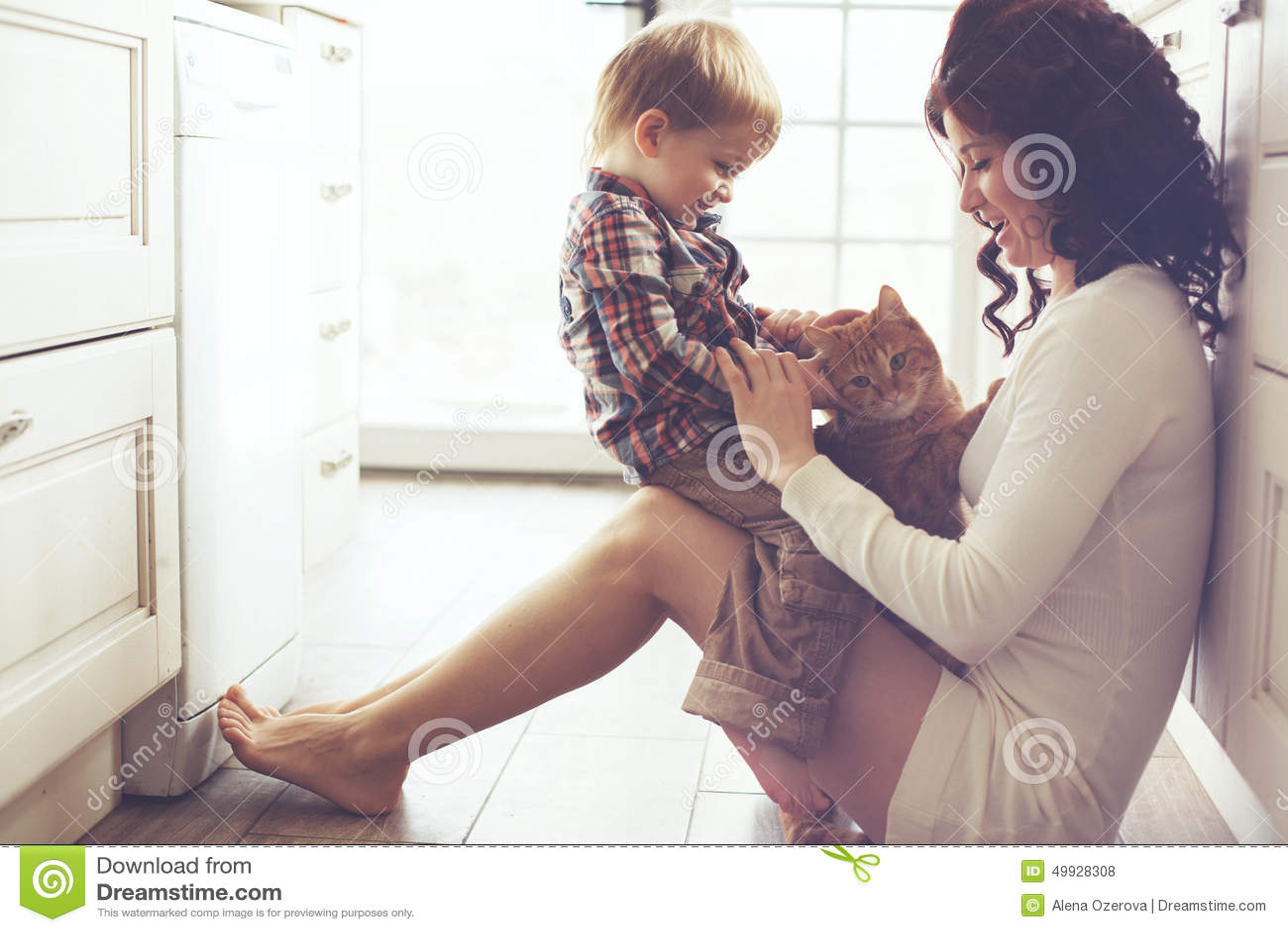 Mère et enfant jouant avec le chat