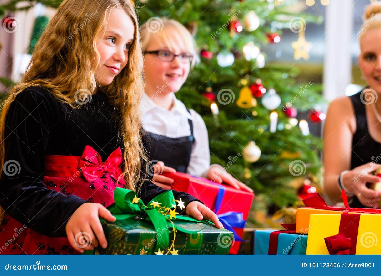 Mère et enfants avec des présents le jour de Noël