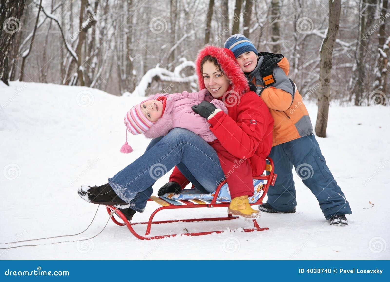 Mère et enfants dans la forêt à l hiver