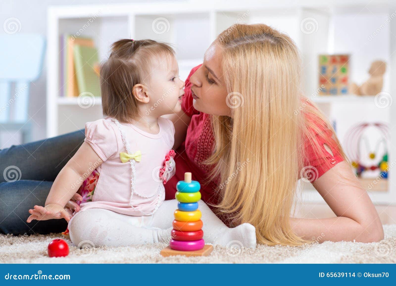 Mère et fille à l intérieur jouant et souriant