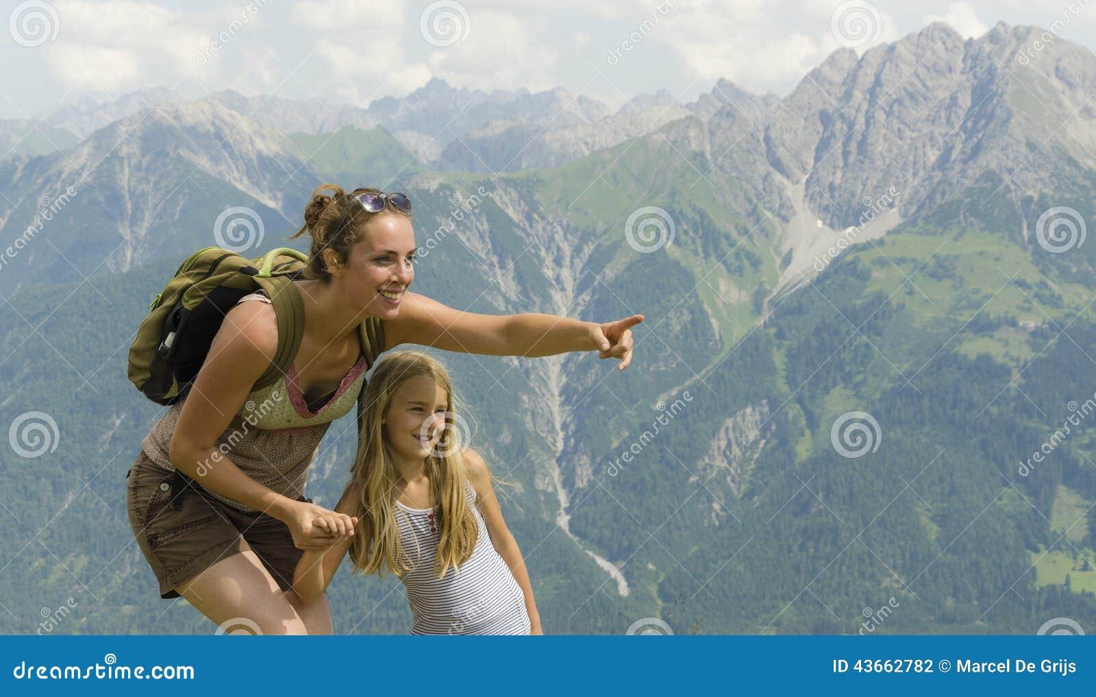 Mère et fille en montagnes
