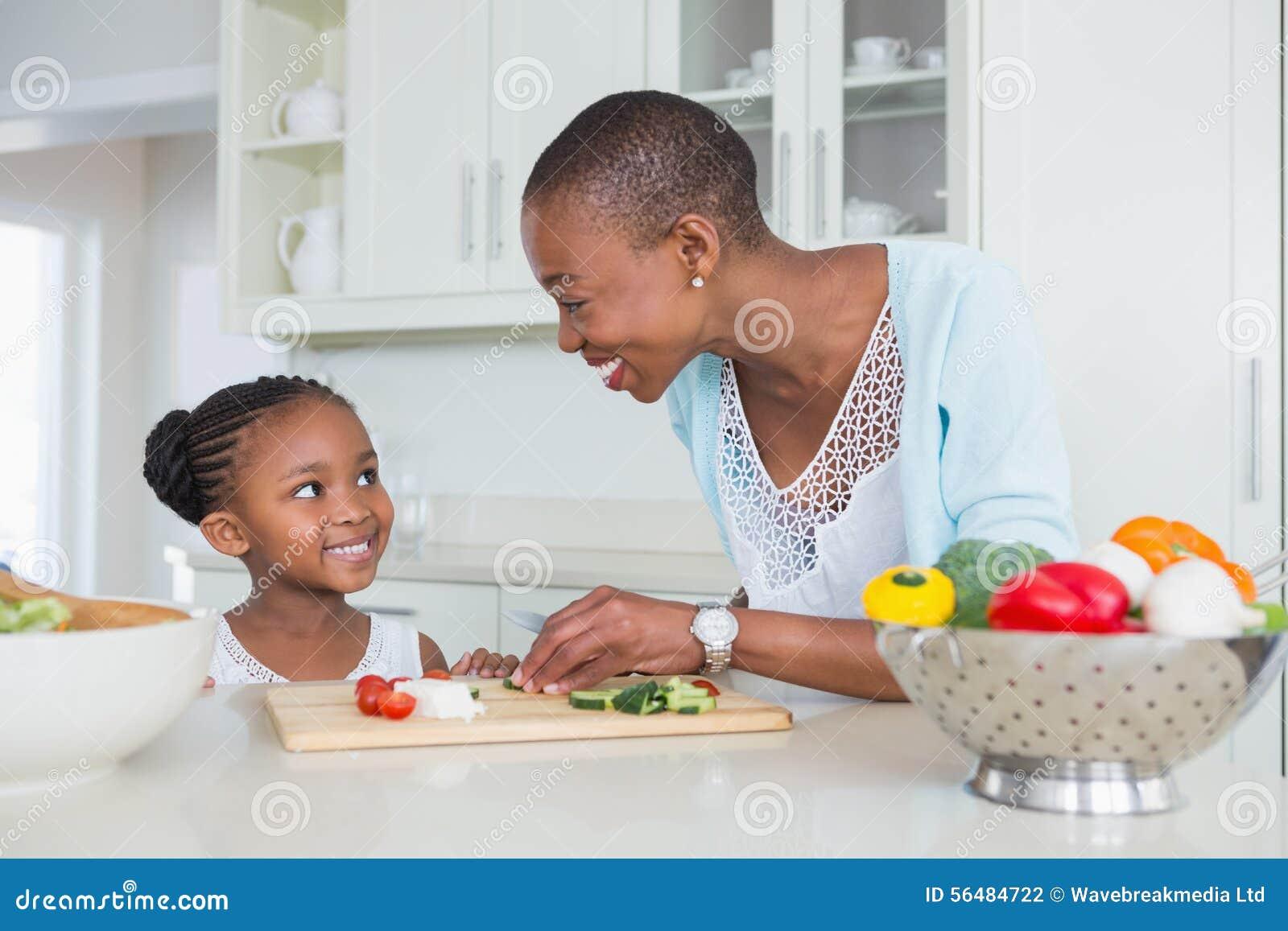 Mère et fille faisant une salade ensemble