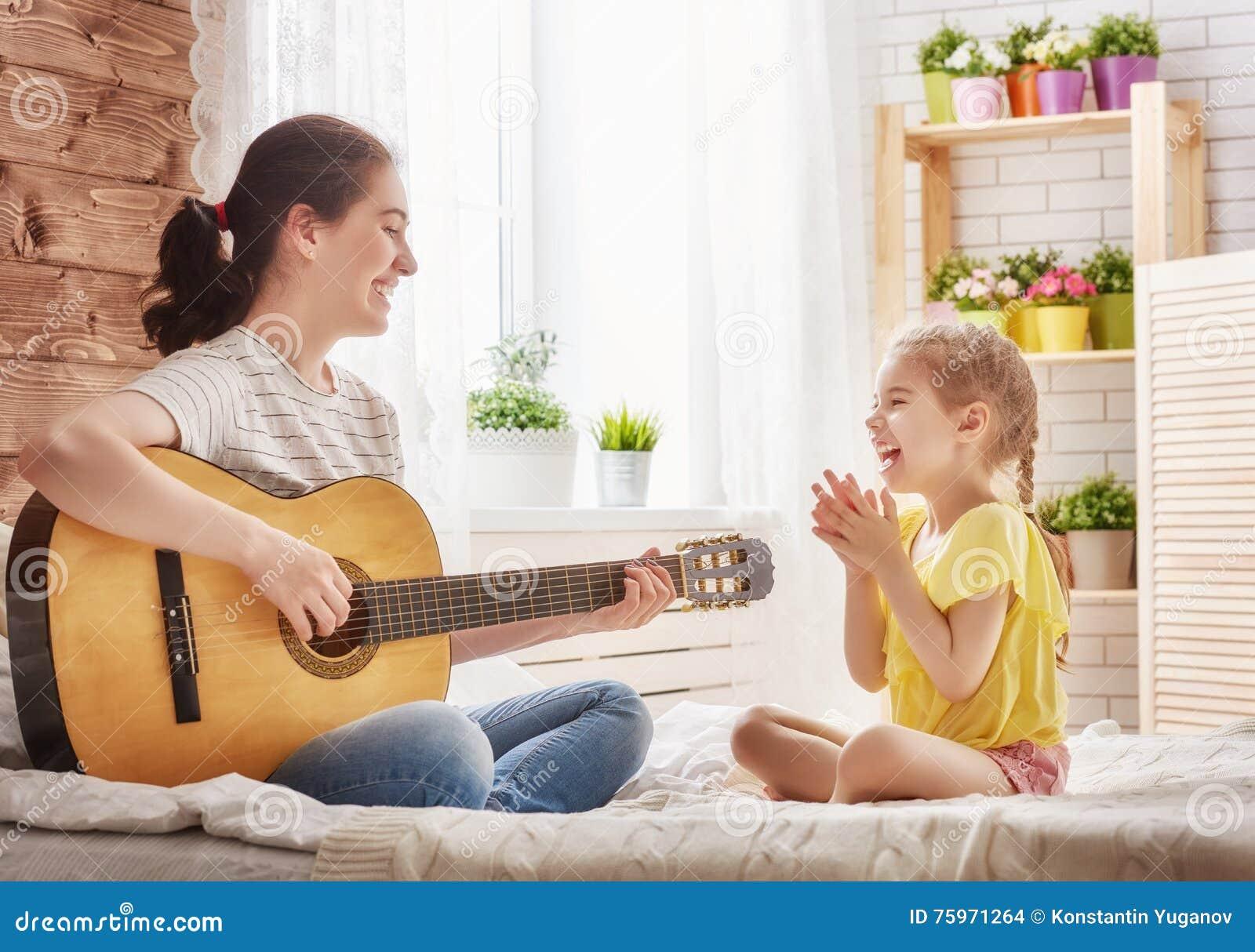 Mère et fille jouant la guitare