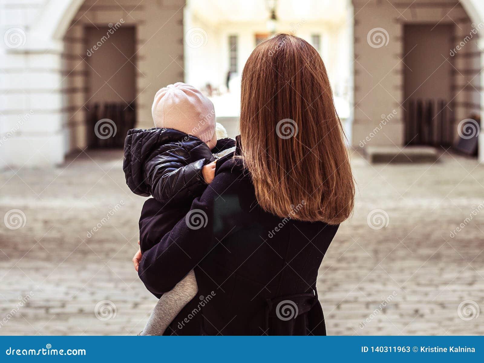 Mère et fille marchant loin, horizontal, point de vue