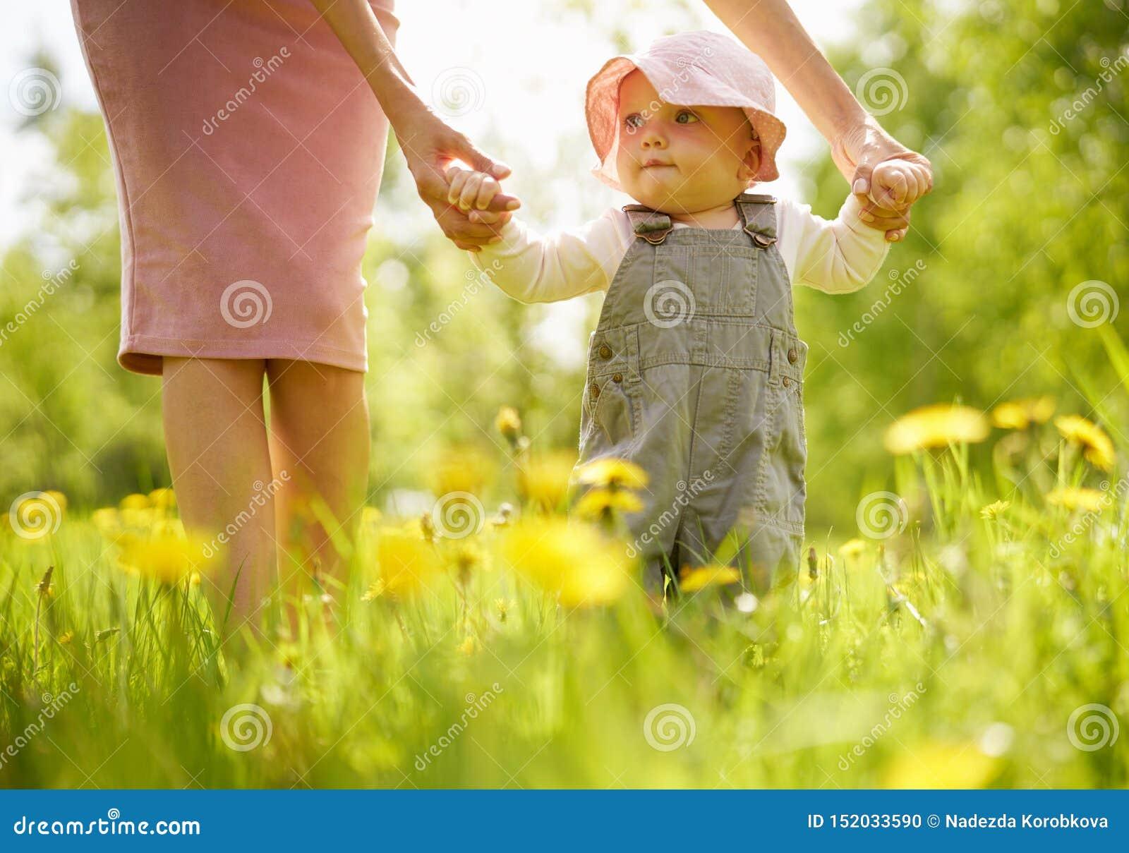 Mère et fille sur un pré avec des pissenlits