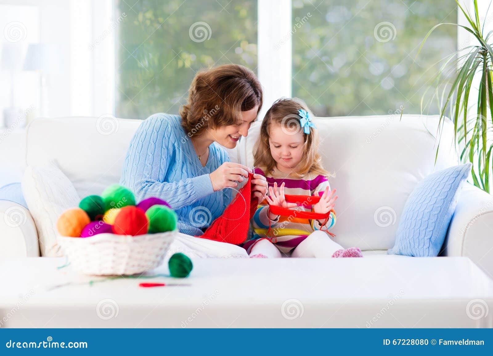 Mère et fille tricotant l écharpe de laine