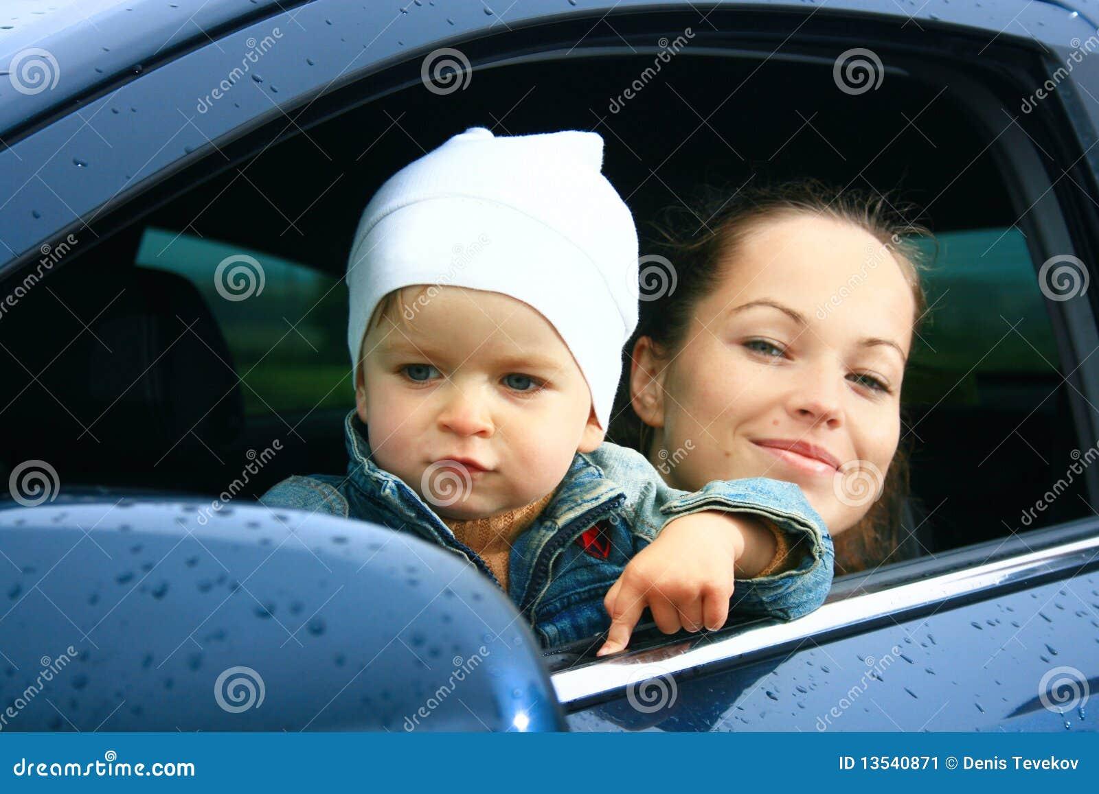 Mère et fils dans un véhicule