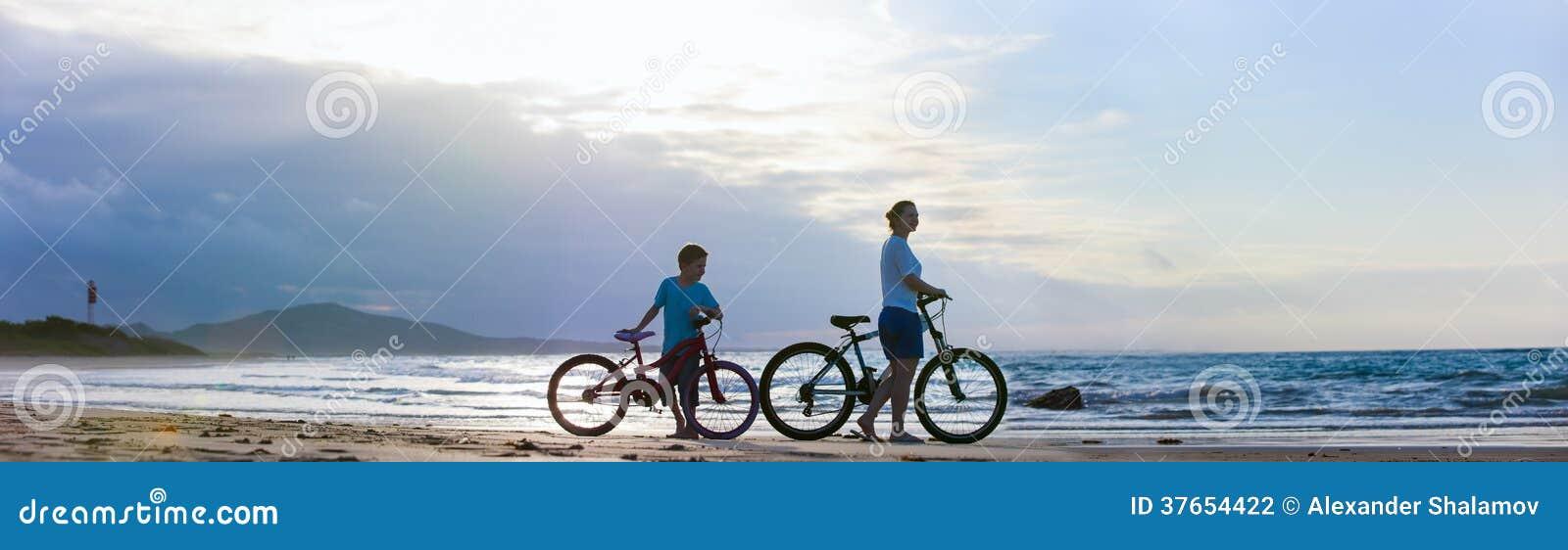 Mère et fils faisant du vélo à la plage