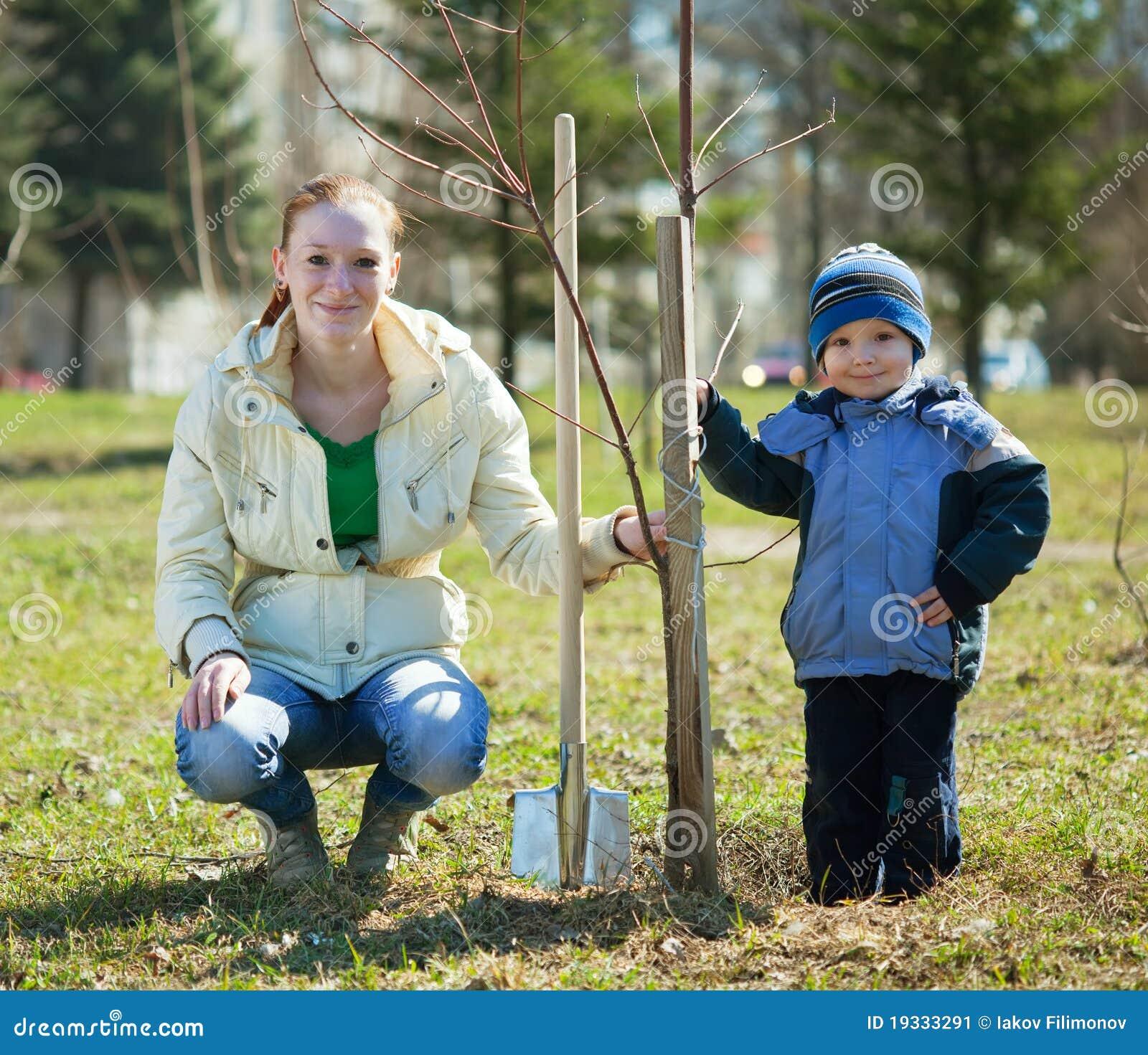Mère et fils plantant l arbre