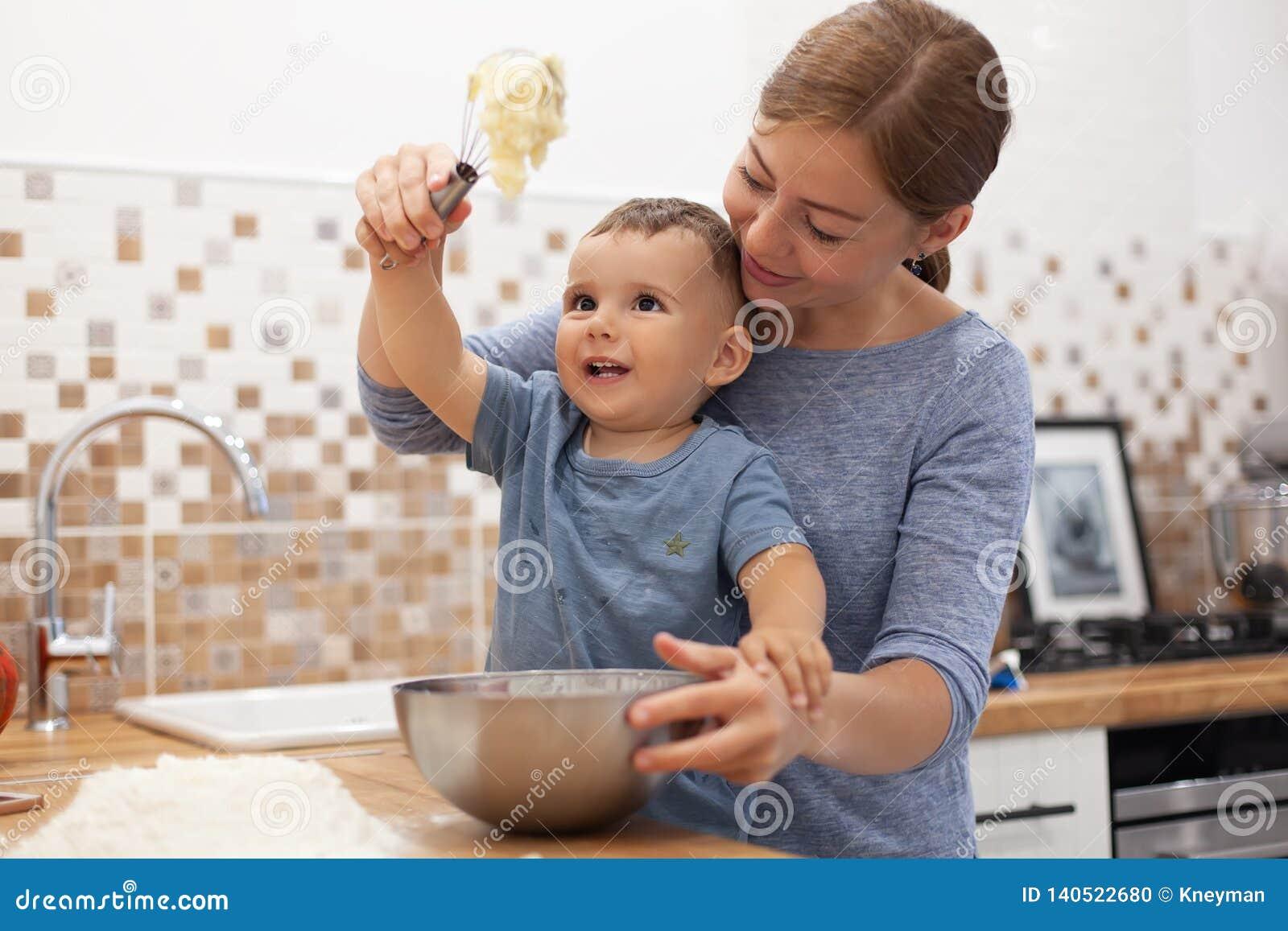 Mère et fils préparant la pâte à tarte dans la cuisine