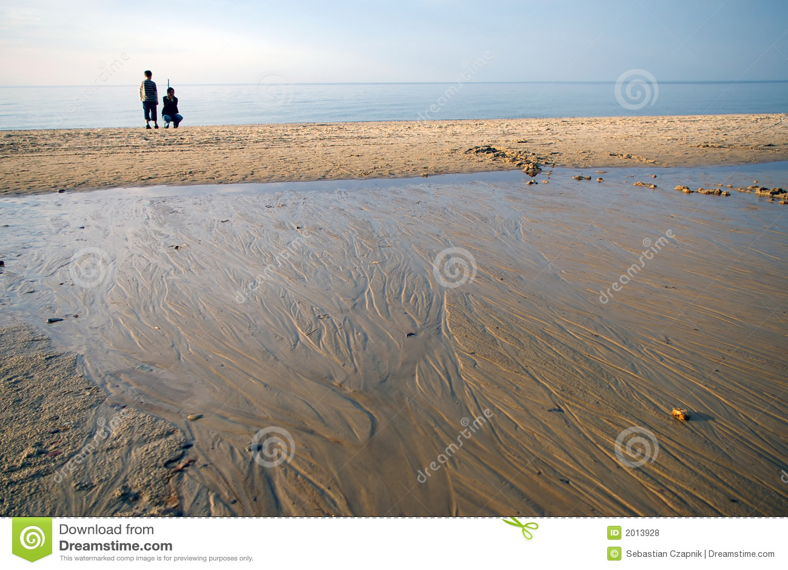 Mère et fils sur la plage