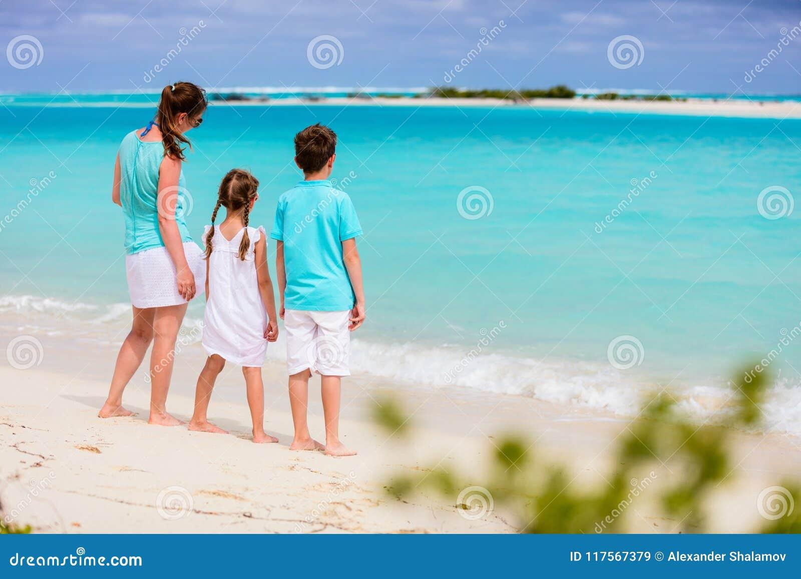 Mère et gosses sur une plage tropicale