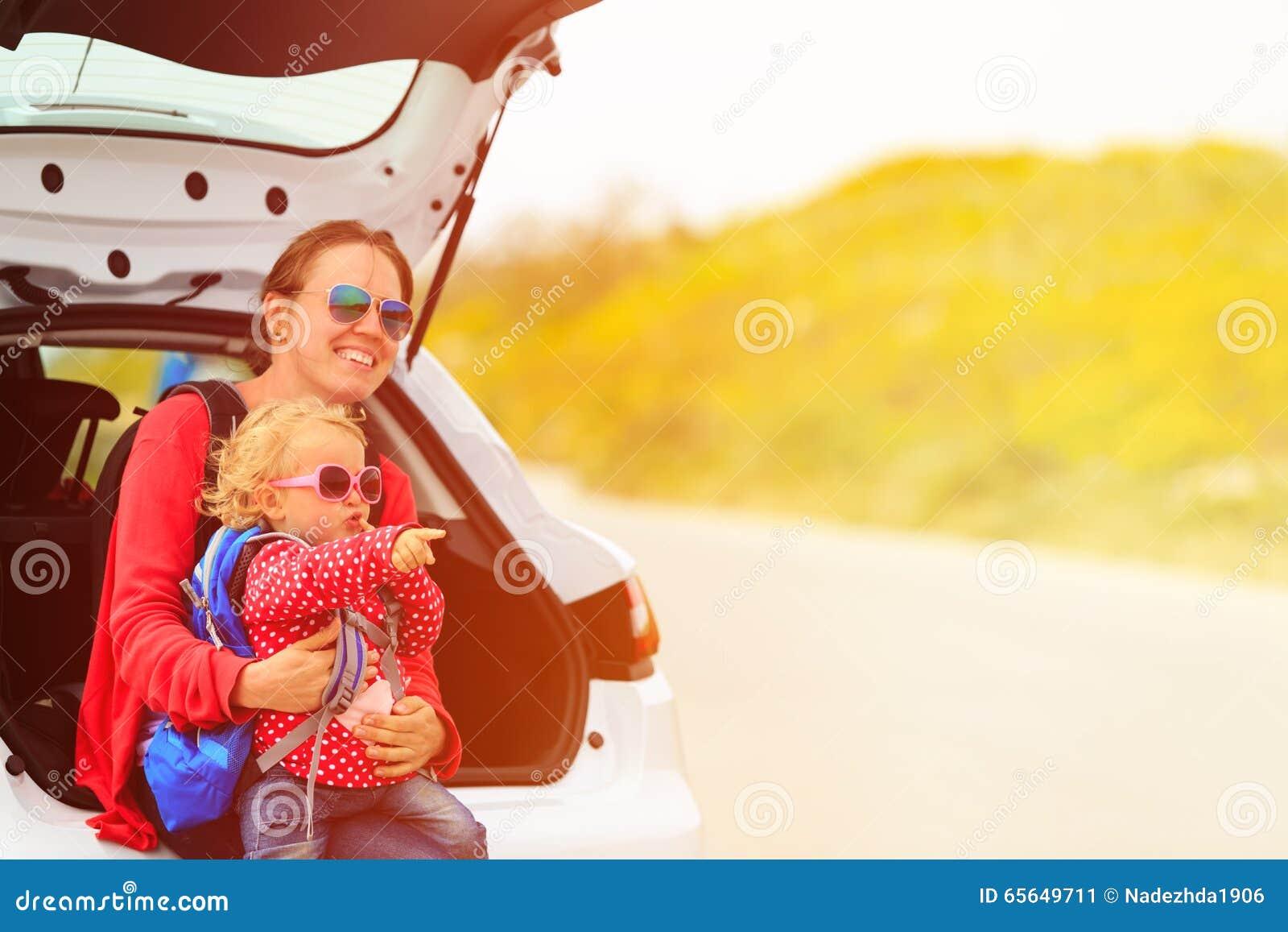 Mère et petit voyage de fille en la voiture