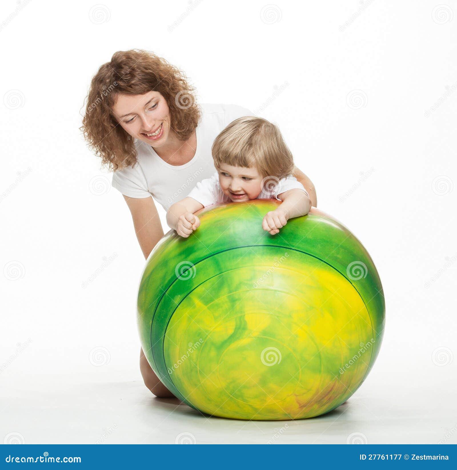 Mère faisant des exercices de sport avec le petit descendant