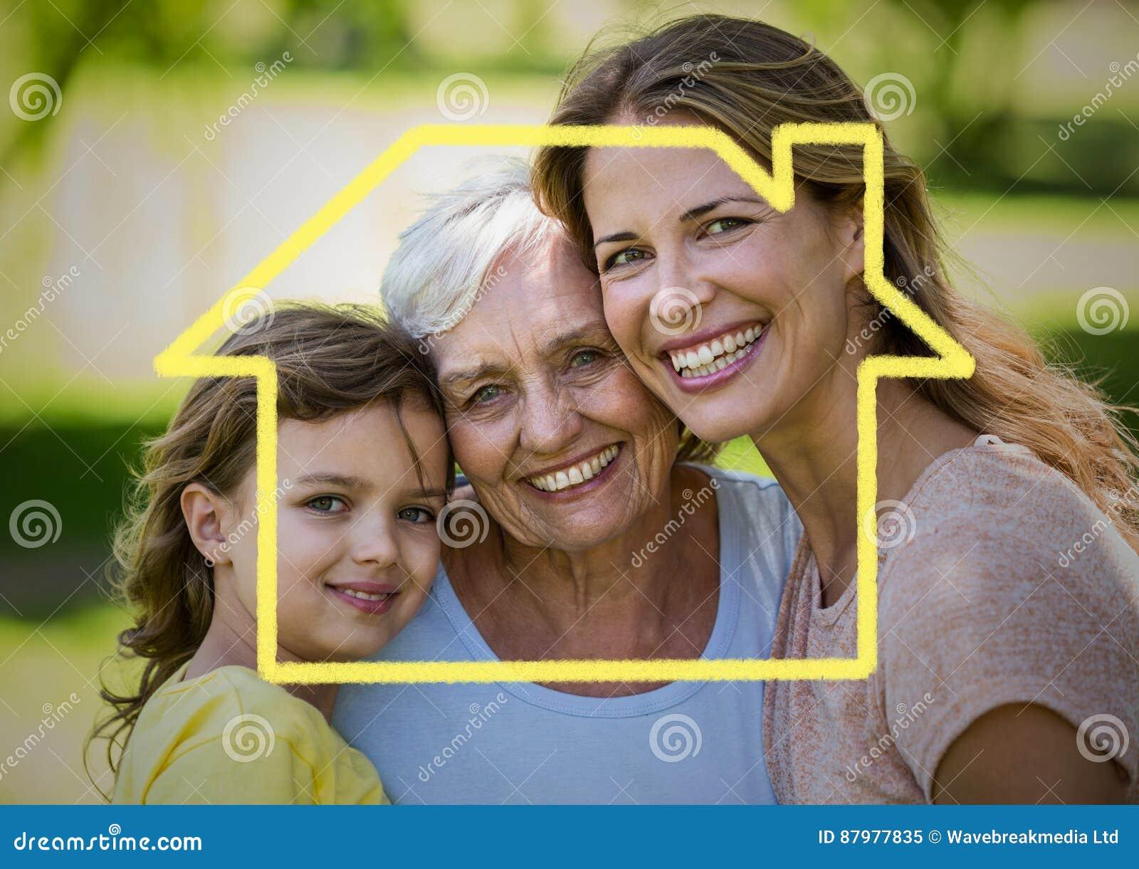 Mère, fille et grand-mère souriant ensemble en parc avec le contour de maison
