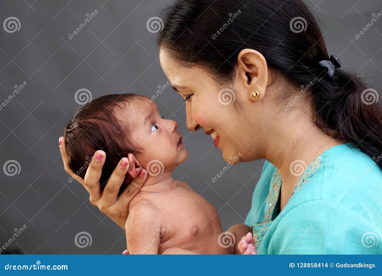 Mère gaie jouant avec nouveau-né