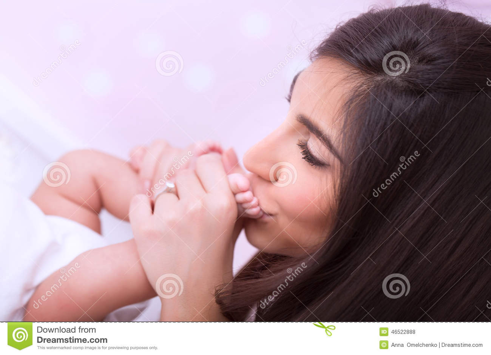 Mère heureuse embrassant la chéri