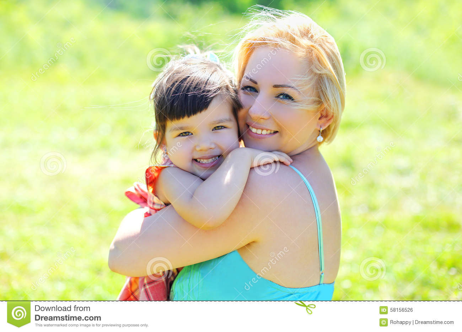 Mère heureuse et enfant de sourire de portrait ayant l amusement ensemble