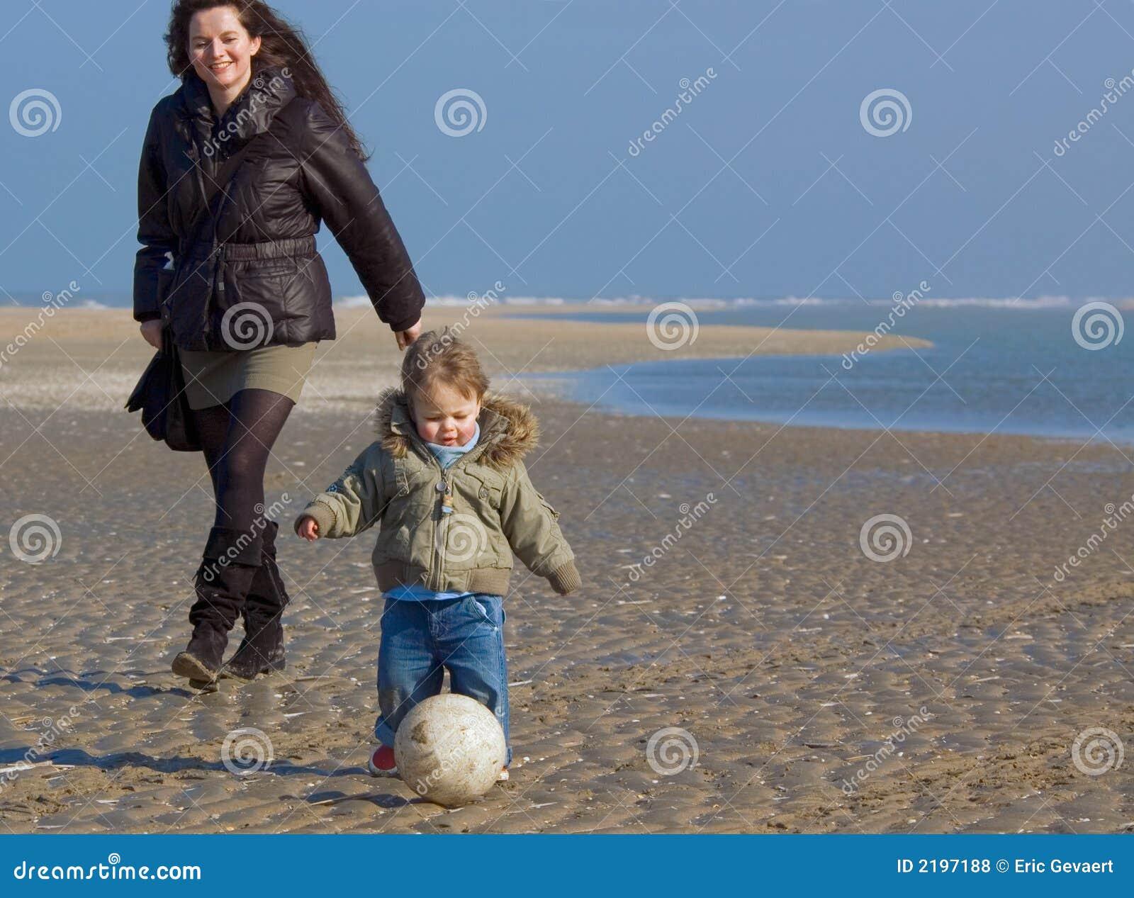 Mère heureuse et son fils sur le Th