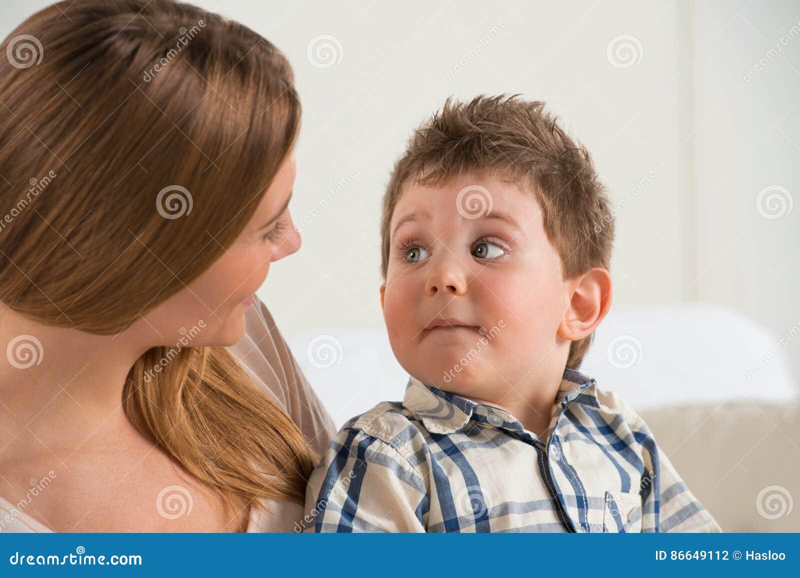 Mère heureuse parlant à son fils