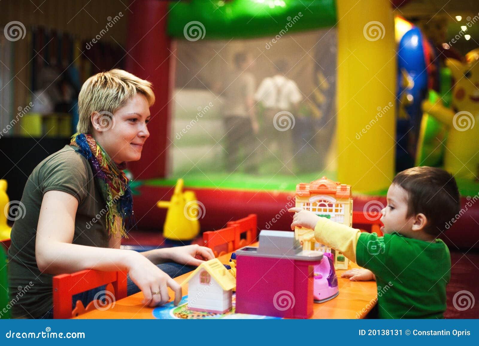 Mère jouant avec l enfant