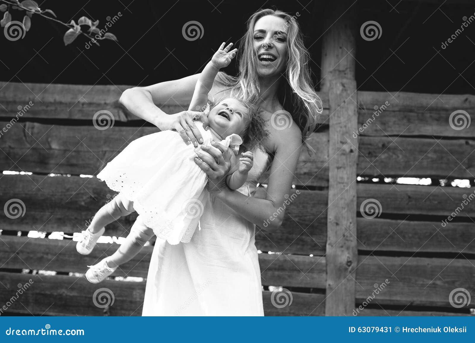 Download Mère Jouant Avec Sa Petite Fille Image stock - Image du mère, amour: 63079431