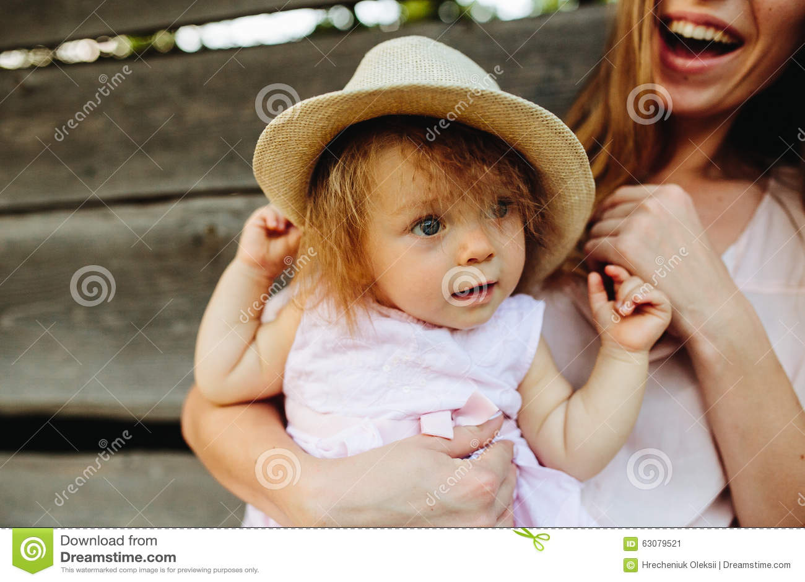 Download Mère Jouant Avec Sa Petite Fille Image stock - Image du joie, lifestyle: 63079521