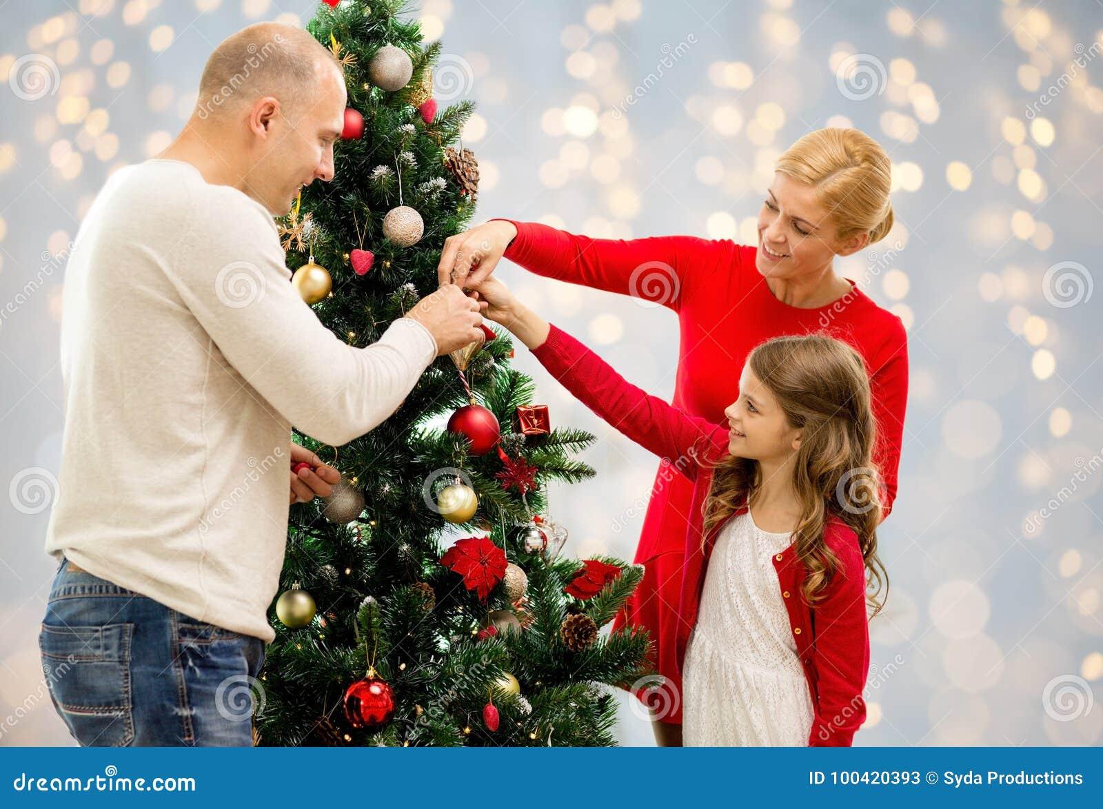 Mère, père et fille à l arbre de Noël