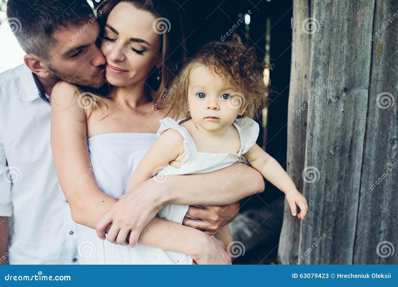 Download Mère, Père Et Fille Ayant Ensemble L'amusement Image stock - Image du ayant, adulte: 63079423
