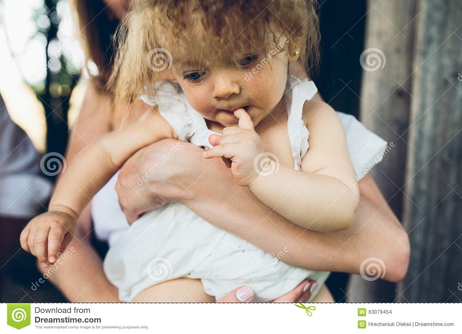 Download Mère, Père Et Fille Ayant Ensemble L'amusement Photo stock - Image du caucasien, aimer: 63079454