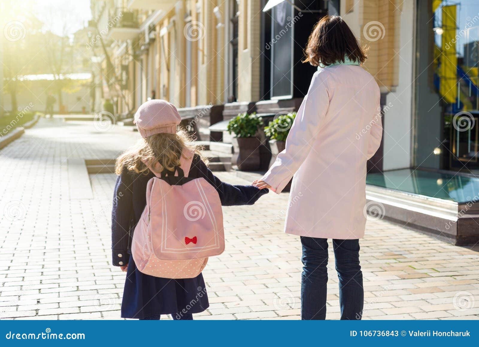 Mère L'enfant Ville L'école MainsFond Des D Tenant Portant À q5jLR3A4