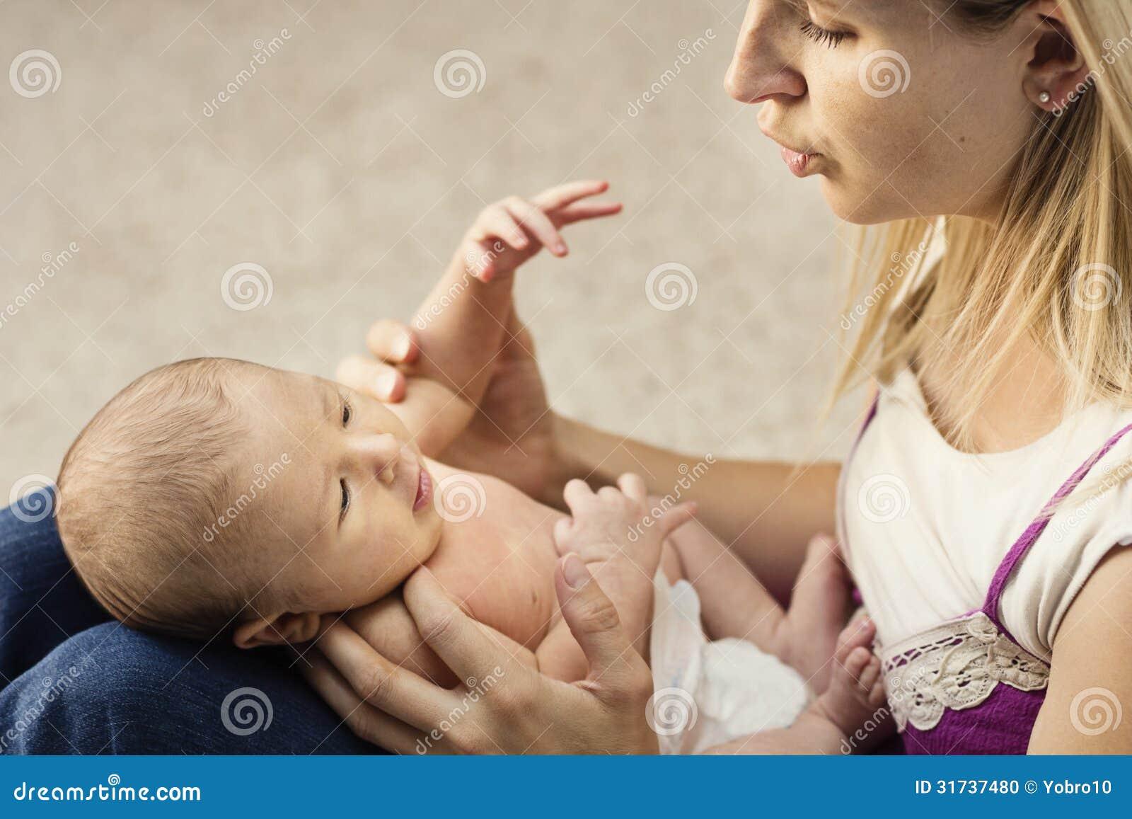 Mère s occupant du petit bébé