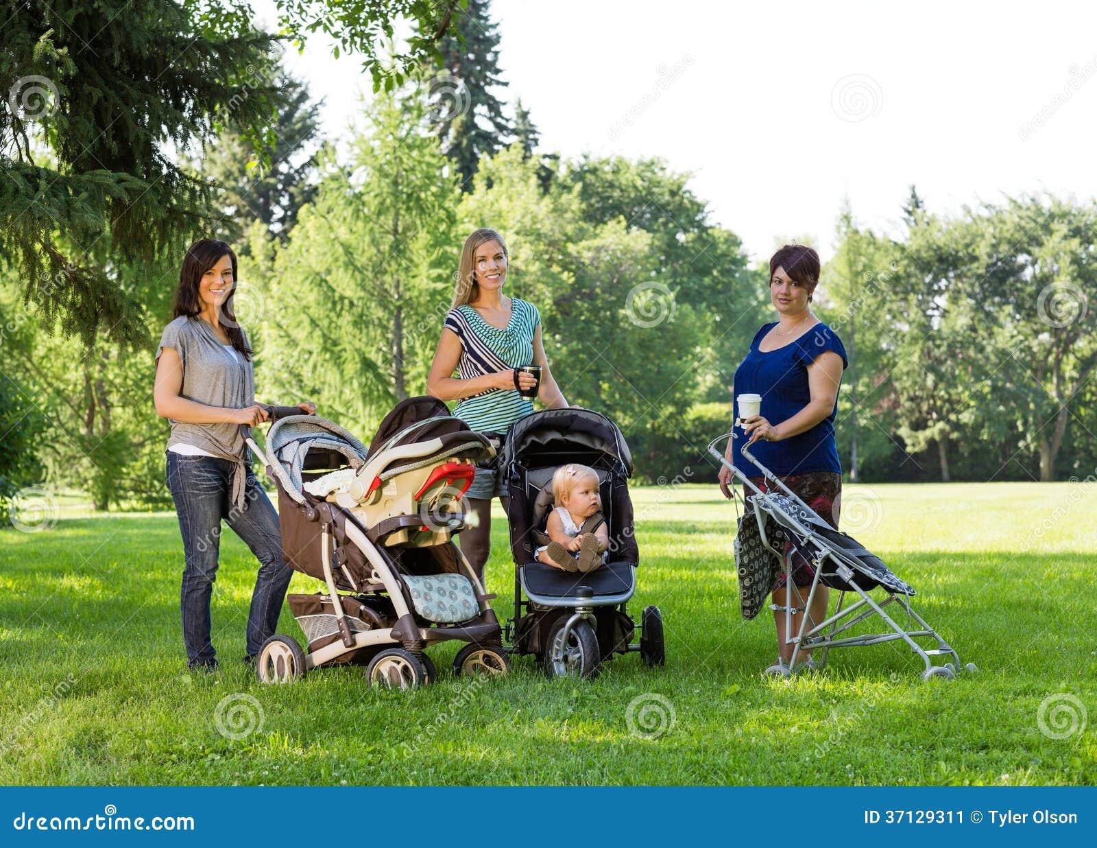 Mères avec des voitures d enfant en parc