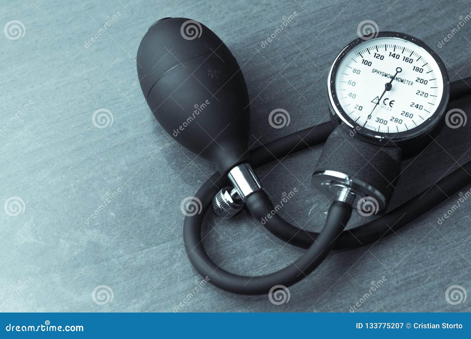 Mètre de tension artérielle de Sphygmomanometer sur la table en bois