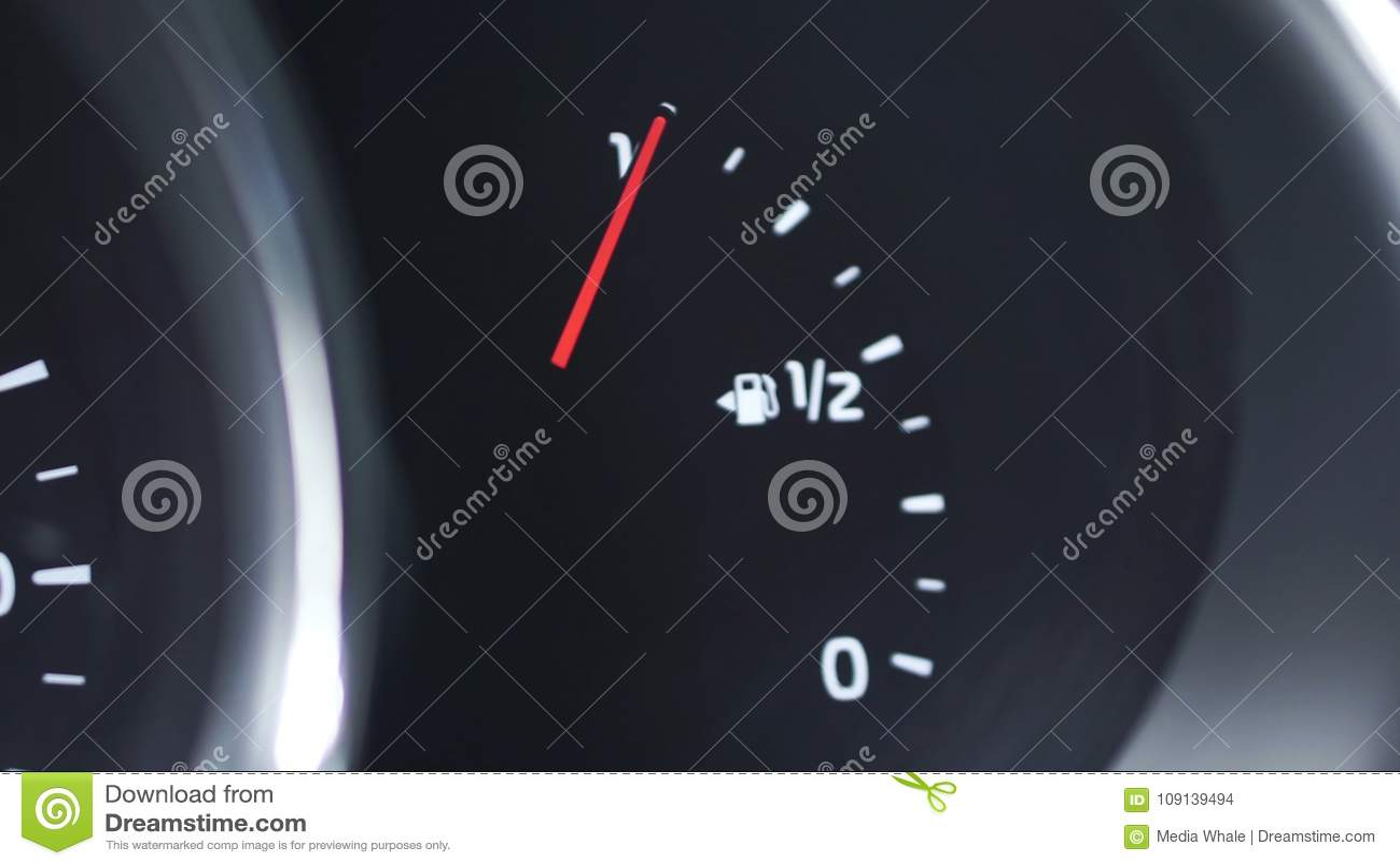 Mètre en gros plan d essence de panneau de tiret de voiture, jauge de carburant, avec la pleine essence finie dans la voiture cli