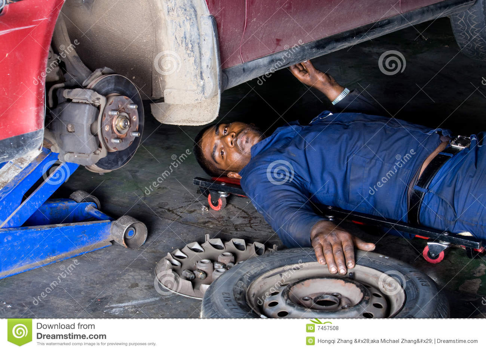 Mécanicien au travail