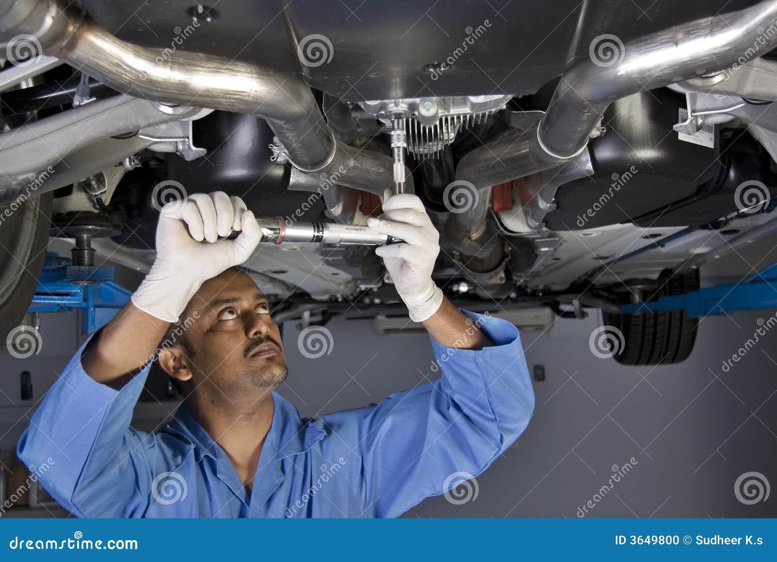 Mécanicien automatique sous le véhicule