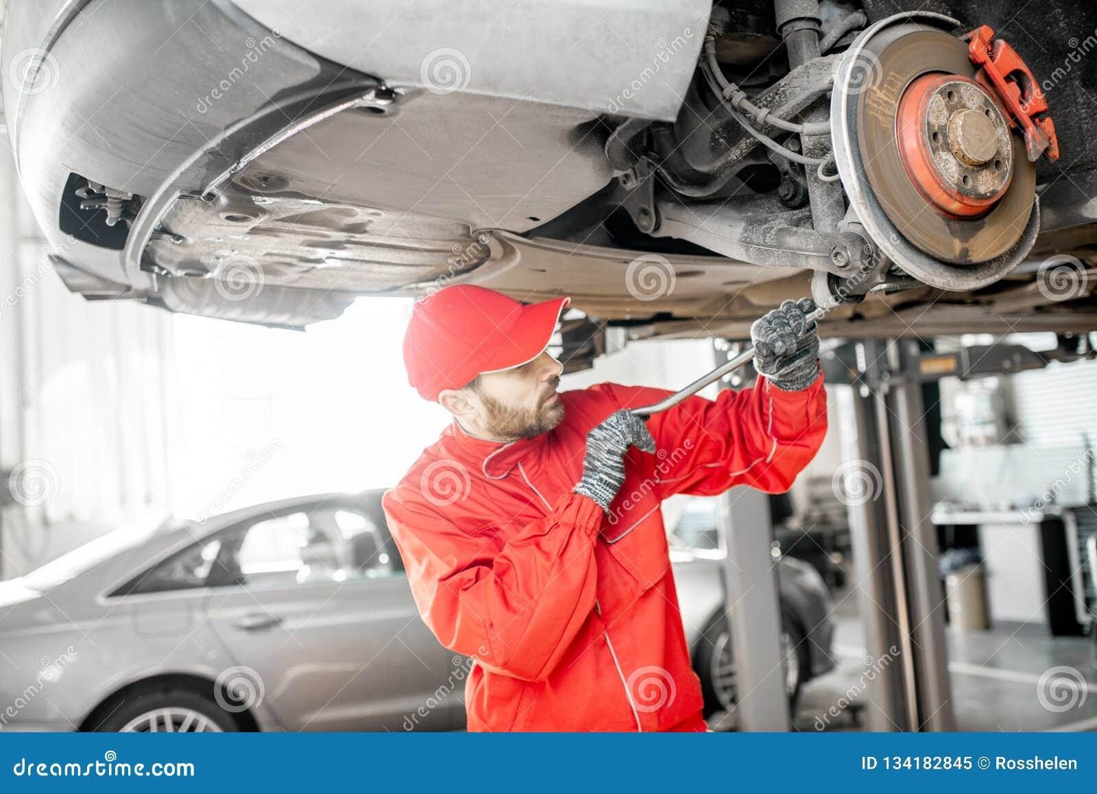 Mécanicien automobile diagnostiquant la voiture au service de voiture