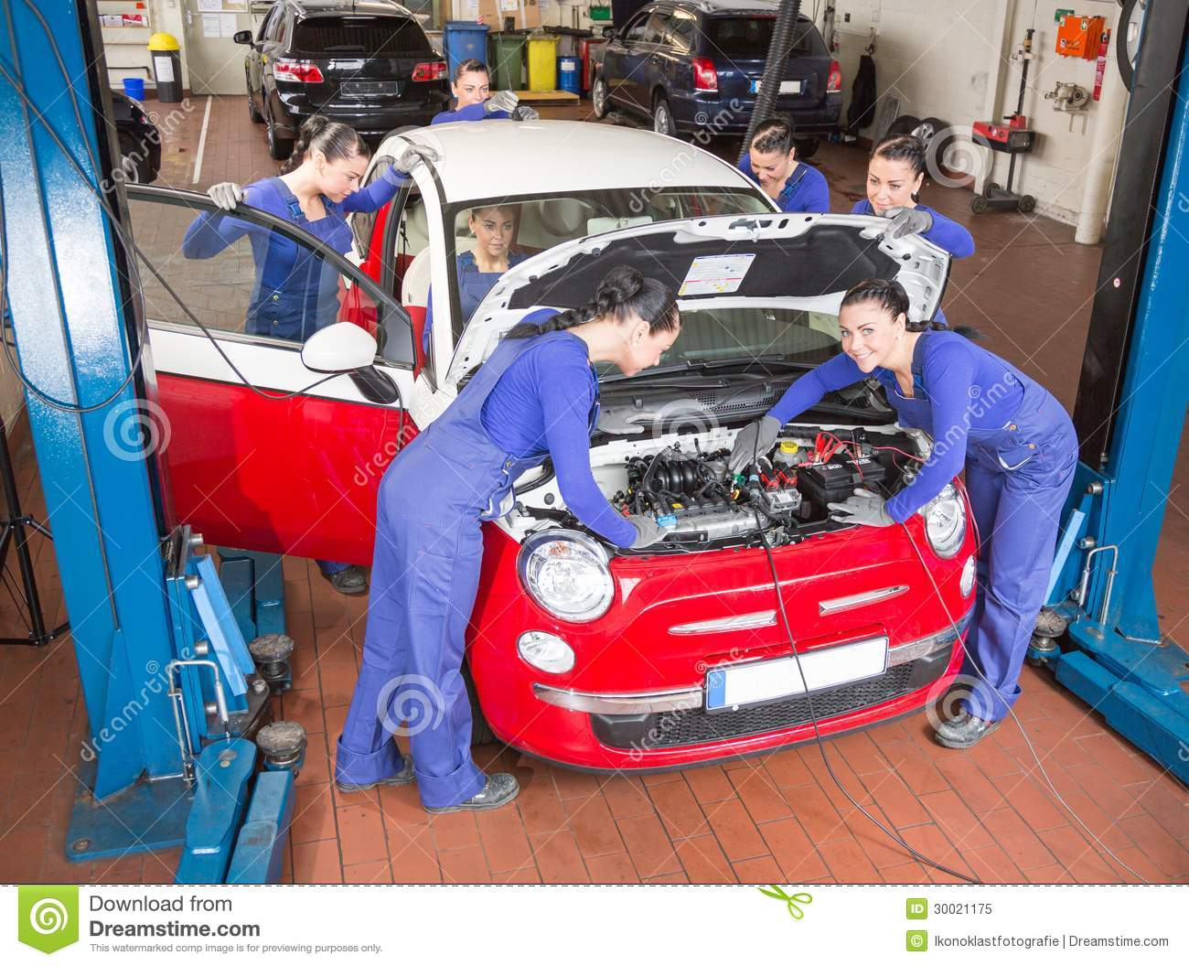 M caniciens automobiles multiples r parant une voiture for Prix diagnostic garage