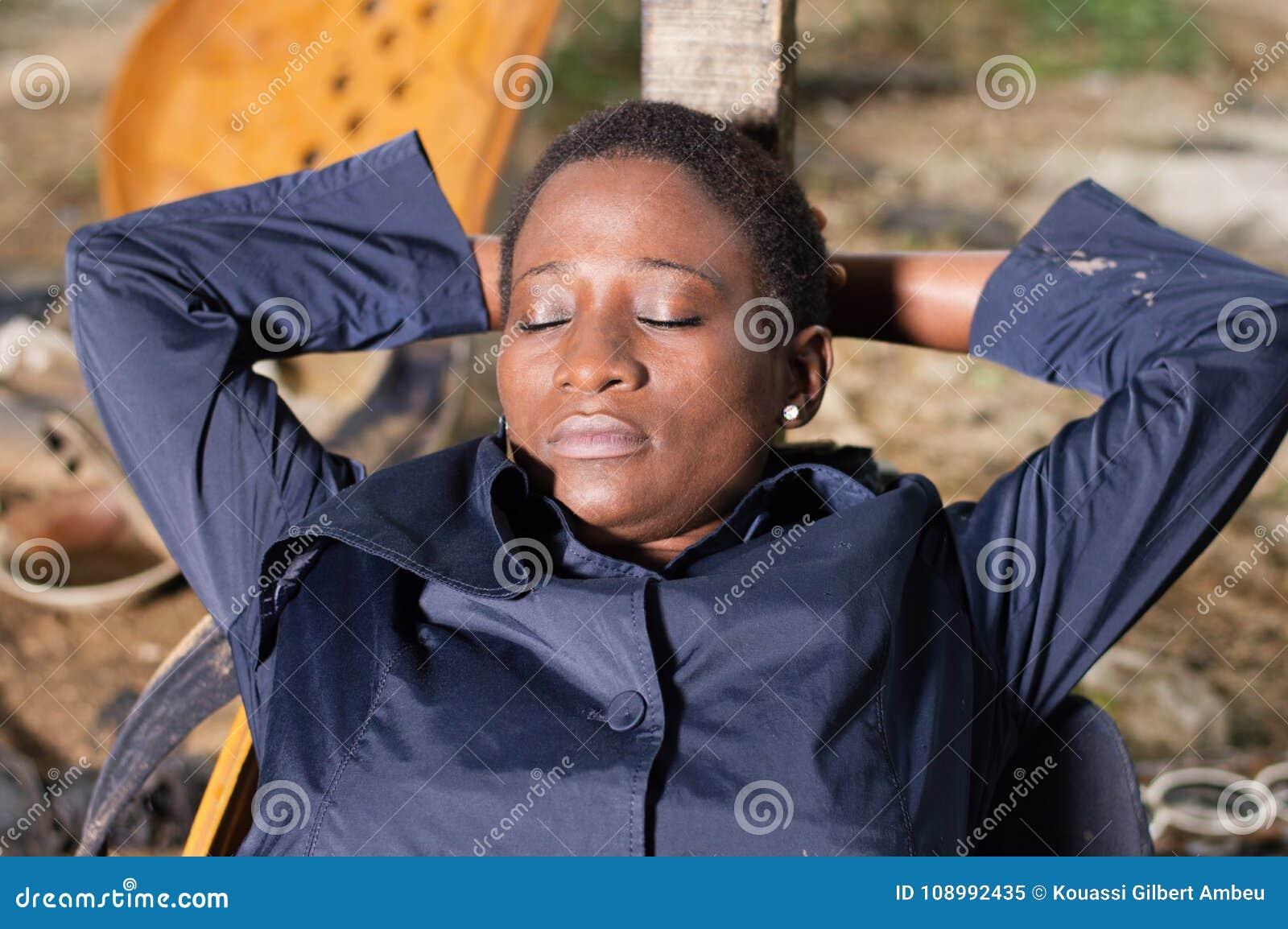 Mécanicien de jeune femme dormant dans un fauteuil